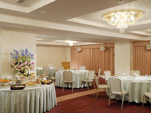 様々な形式のパーティーに対応する暖かい雰囲気の中宴会場